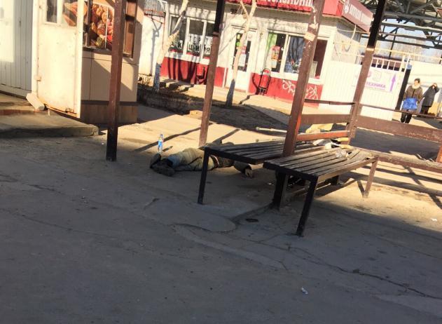 В Волжском обнаружен труп на остановке
