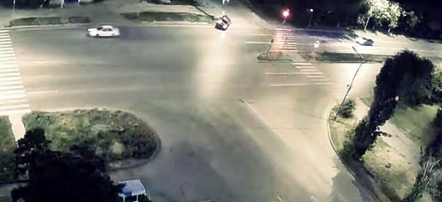 В Волжском водитель на иномарке врезался в столб и перевернулся