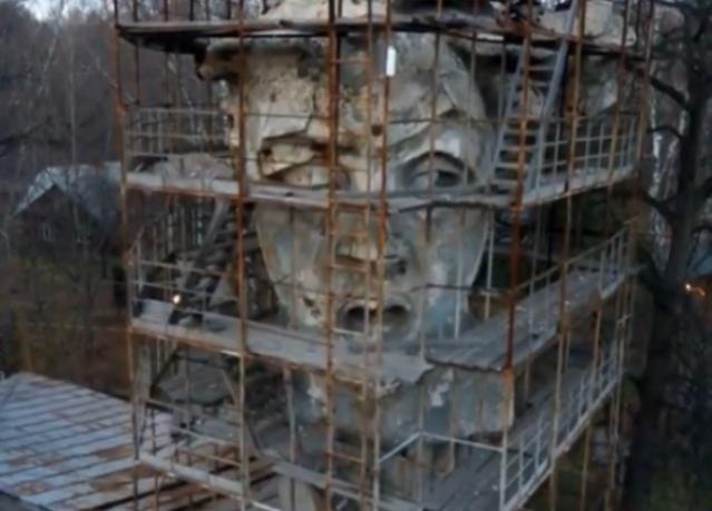 В Москве за забором «прячут» копию головы волгоградской «Родины-матери»