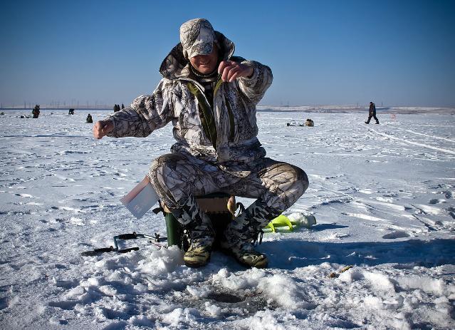 Волжские рыбаки поборются за ручной ледоруб