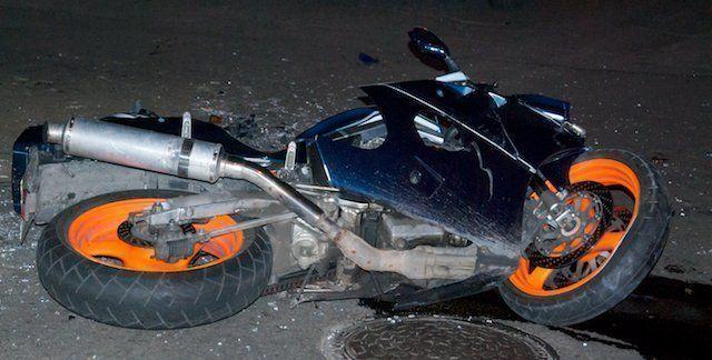 ВВолжском лихач намотоцикле «Сузуки» перевернулся ипопал в клинику