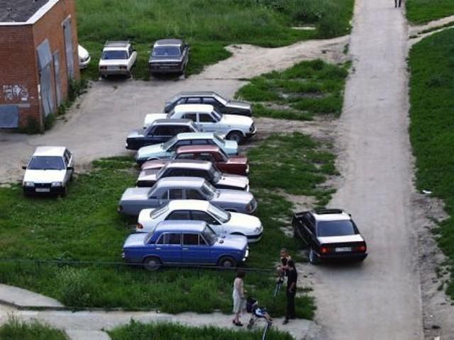 В Волжском оштрафуют любителей парковаться на газоне