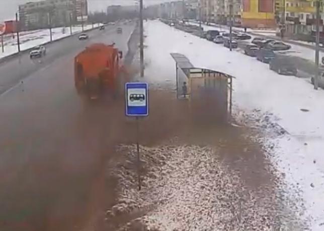 Как убирают дороги в Волжском: нанотехнологии