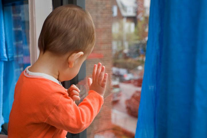 В Средней Ахтубе полуторагодовалый малыш выпал из окна