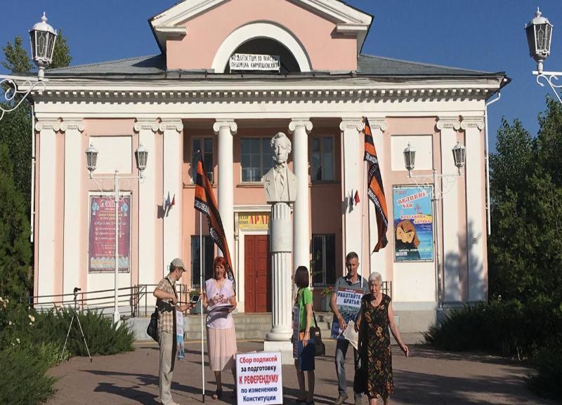«Не допустим во власть педофила Кармазиновского», – неизвестные повесили плакат под крышей волжского кукольного театра