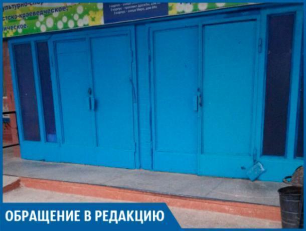 Тяжелая дверь в «Доме быта» заставляет детей мерзнуть, - волжанка