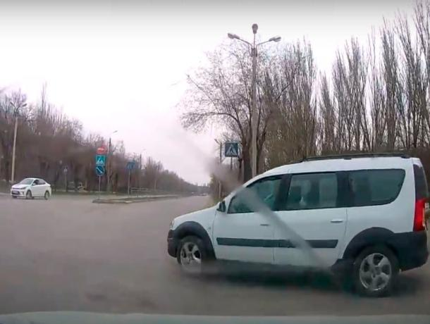 Камикадзе подрезал автоледи на дорожном кольце в Волжском