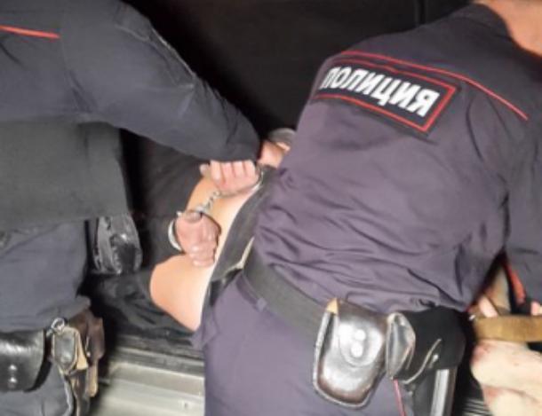 Угрожая ножом, волгоградец взял в плен волжанку и 6-летнего ребенка