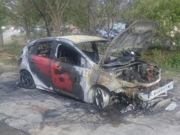 В Волжском на улице 87-й Гвардейской загорелась квартира и машина