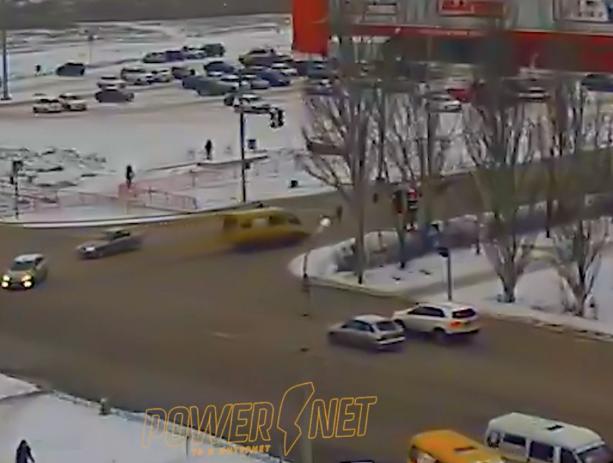 Пешеходы кинулись под колеса летящей маршрутки в Волжском