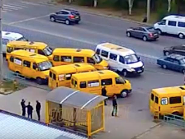 И смех, и грех: маршрутки притерлись на конечной остановке в Волжском