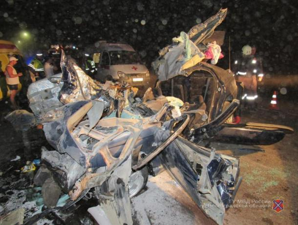 В лобовой аварии в Среднеахтубинском районе погибли двое детей и их родители