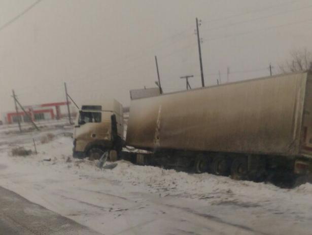 Огромный грузовик унесло в кювет на обледенелой трассе в Ленинском районе