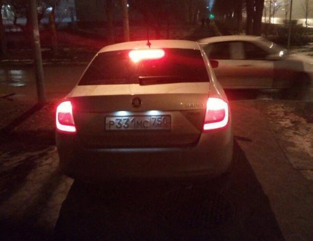Блатной автохам устроил персональную парковку на тротуаре в центре Волжского