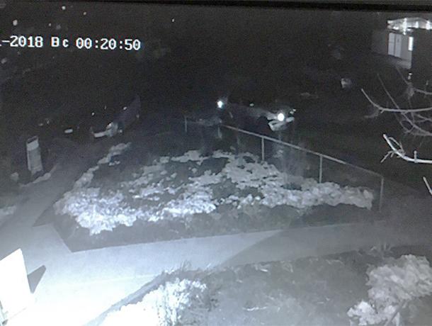 Серебряный внедорожник, протаранивший два автомобиля во дворе, ищут в Волжском