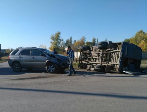Перевернутая «Газель» оказалась на обочине после ДТП в Волжском