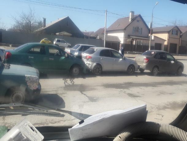 Паровозиком врезались водители на улице Карбышева в Волжском