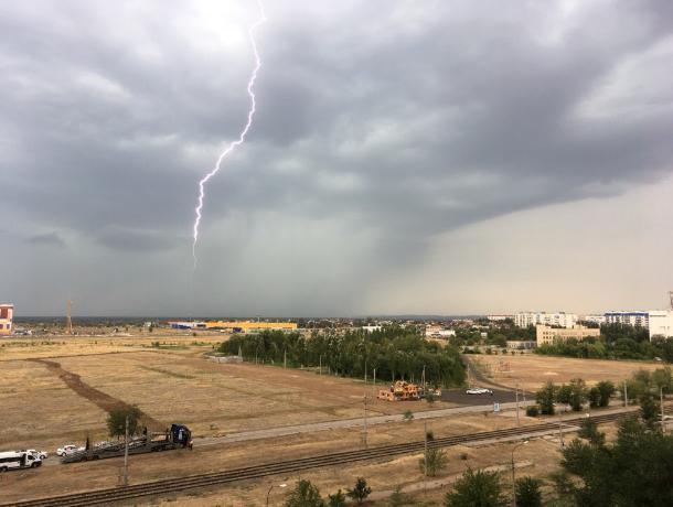 Мощный ливень и грозу спрогнозировали в понедельник в Волжском