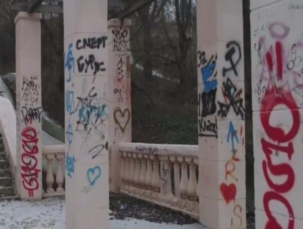 Лестница на Набережной запачкана грязью от вандалов в Волжском
