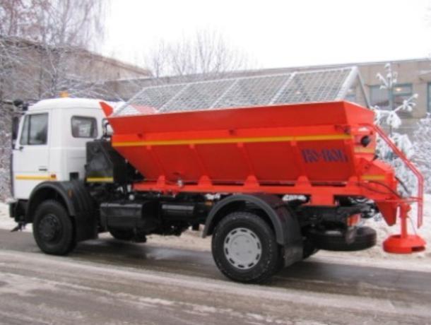 На дорогах Волжского из-за снегопада запустили 4 пескоразбрасывающие машины
