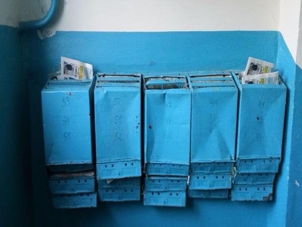 Почтовые ящики в жилом доме разваливаются по частям в Волжском