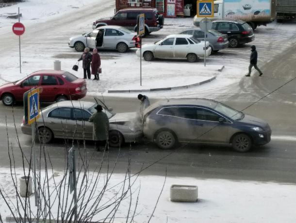 В Волжском водитель «Хендая» не успел притормозить перед «Маздой»