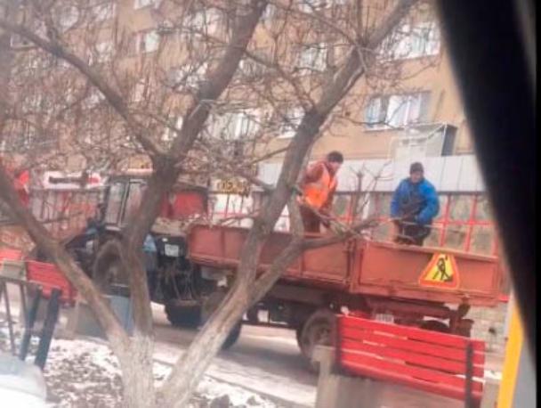 В Волжском обрабатывают тротуары и дороги от наледи