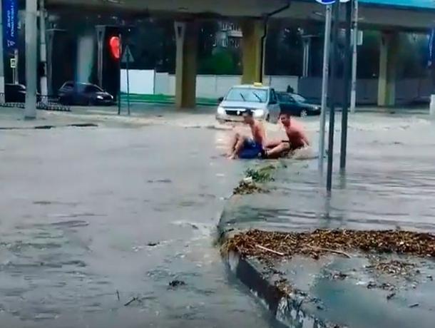 Топ-3 позитивных людей во время потопа в Волгограде